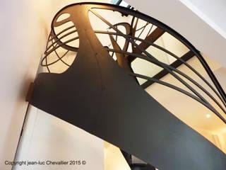Escalier design débilardé Art Nouveau: Couloir, entrée, escaliers de style de style eclectique par La Stylique