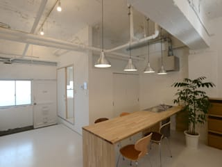 coworking space in 5th Avenue Modern kitchen by SHUSAKU MATSUDA & ASSOCIATES, ARCHITECTS Modern
