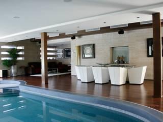 CASA CON PISCINA INTERIOR: Casas de estilo  de B3 Interiorisme