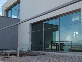 Villa Vera. Primera vivienda en España en obtener la certificación de sostenibilidad BREEAM.: Casas de estilo  de Estudio1403