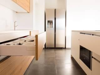 Küche WZ: moderne Küche von krumhuber.design