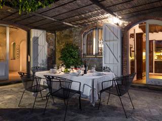Wiejski balkon, taras i weranda od Arlene Gibbs Décor Wiejski