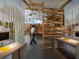 Le nid, les habitats.: Centre d'expositions de style  par arc-en-scène
