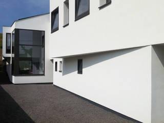 Snake House - Court-Saint-Etienne, Belgium: Maisons de style de style Moderne par jdArchitecture