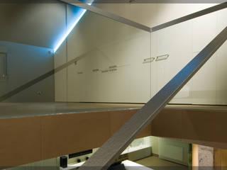 Casa en Goiuria.. Pasillos, vestíbulos y escaleras de estilo moderno de Estudio TYL Moderno