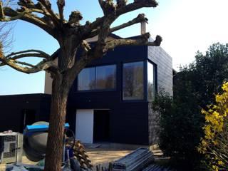 """Extension en ossature bois d'un """"pavillon"""" traditionnel sur un grand terrain avec vue sur le fleuve:  de style  par Philippe Gobin Architecte"""