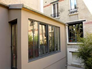 """Extension en ossature bois d'un appartement dans l'esprit """"atelier parisien"""" (92):  de style  par Philippe Gobin Architecte"""