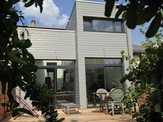 Extension d'une maison en ossature bois:  de style  par Philippe Gobin Architecte