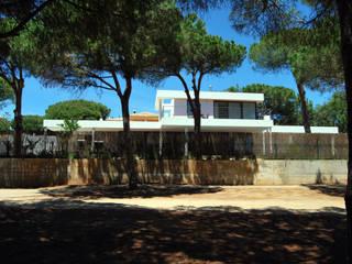 Casa Amos, desde la calle del golf: Casas de estilo  de saz arquitectos