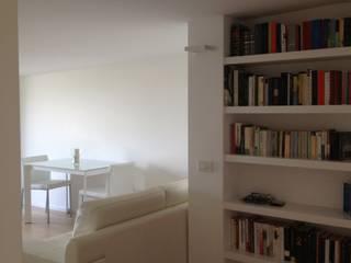 attico a Roma: Ingresso & Corridoio in stile  di architetto Roberta Galantino