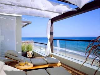 Modern Australian Beach Style Home Bella life Style Balcones y terrazas de estilo tropical
