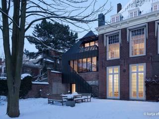 ITC Annex - Leiden:  Huizen door Mirck Architecture, Modern