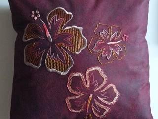 Hibiscus, coussin.:  de style tropical par Valérie Hacquin Créations, Tropical