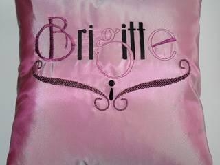 Brigitte, coussin brodé de perles. par Valérie Hacquin Créations Moderne