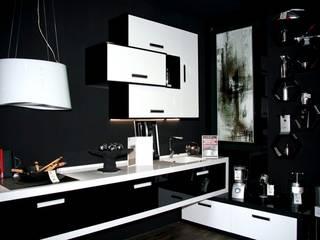 cocina BLACK AND WHITE: Espacios comerciales de estilo  de spazio kitchen