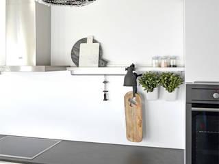 Styling Küche: minimalistische Küche von Kristina Steinmetz Design
