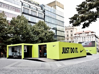 Pop-Up for NIKE Hospitales de estilo minimalista de studio deFORM Minimalista