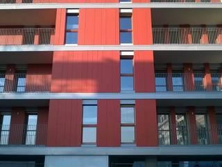 Edificio residenziale a Milano Lambrate: Finestre in stile  di SBG architetti