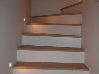 Escalier/ effets de lumiere : Maisons de style  par CVARCHITECTE