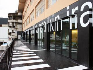 S*concept Company's Headquarter / Signage Estudios y despachos de estilo moderno de KXdesigners Moderno