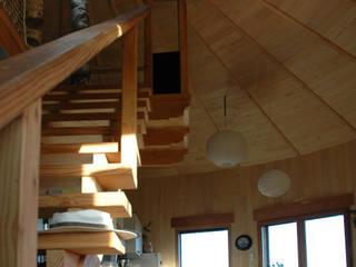 salon dans yourte en bois: Salon de style de style Moderne par Virginie Farges