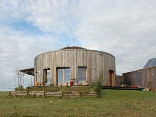 yourte en bois et son garage en container: Maisons de style de style Moderne par Virginie Farges