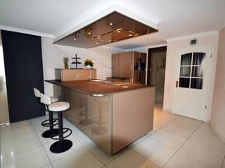 Komplettansicht mit beleuchteterArbeitsfläche: moderne Küche von homify