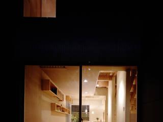 Wohnzimmer von 濱嵜良実+株式会社 浜﨑工務店一級建築士事務所