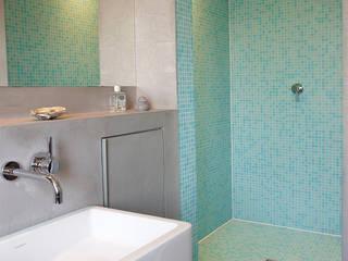 Modern style bathrooms by InteriorPark. Modern