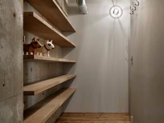 元浅草の住居: 蘆田暢人建築設計事務所 Ashida Architect & Associatesが手掛けた廊下 & 玄関です。