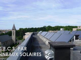 Plan de toiture avec panneaux solaires pour l'eau chaude sanitaire.: Espaces commerciaux de style  par Atelier d'architecture La Licorne