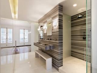 Restructuration d'un appartement haussmannien de 180m2, Paris 8° Salle de bain minimaliste par ATELIER POZZI ARCHITECTURE Minimaliste