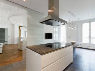 Restructuration d'un appartement haussmannien de 180m2, Paris 8° Cuisine minimaliste par ATELIER POZZI ARCHITECTURE Minimaliste