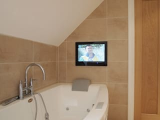 Mirror TV installations Designer Vision and Sound Baños de estilo moderno