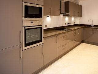 Show flat in Ascot, UK Modern style kitchen by Lujansphotography Modern