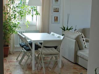 Appartamento sul lago : Soggiorno in stile in stile Minimalista di studio 'dragora architettura e paesaggio