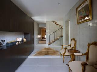 Atelier HARETOKE Co., Ltd. Moderner Flur, Diele & Treppenhaus
