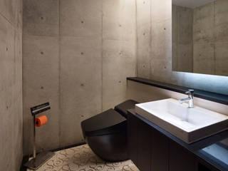 Under the Large Roof: Atelier HARETOKE Co., Ltd.が手掛けた浴室です。,