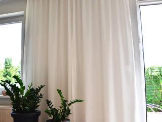 Realizacja projektu salonu w domu jednorodzinnym: styl , w kategorii Okna zaprojektowany przez STUDIO MAC,