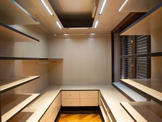Vestidores y closets de estilo  por Architetto del Piano