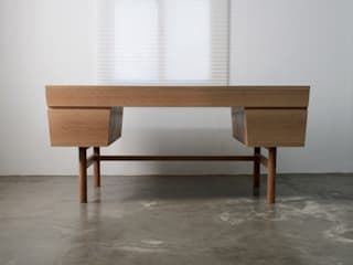 Quad desk: The QUAD woodworks 의 현대 ,모던