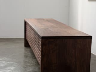Stripe AV chest: The QUAD woodworks 의 현대 ,모던