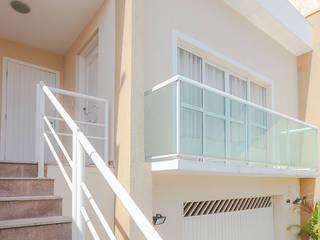 projeto - fachada residência01: Casas  por Michele Balbine Fotografia,Moderno