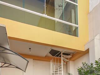projeto - fachada residência01: Terraços  por Michele Balbine Fotografia,Moderno