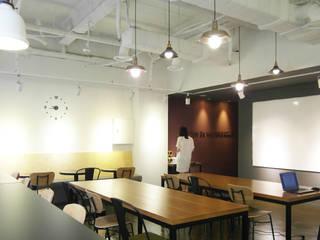 비아캘린더 모던스타일 서재 / 사무실 by 6point studio 모던