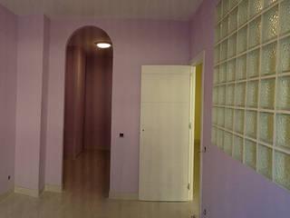 Cambio de uso de local comercial a vivienda Dormitorios de estilo moderno de AtelierBas. Arquitectura y Construcción Moderno