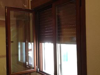 Carpinterias de aluminio con rotura de puente térmico, compacto de persiana monobloc aislado, y doble acristalamiento inteligente Guardian Sun de AtelierBas. Arquitectura y Construcción Moderno
