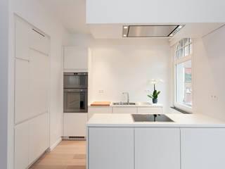 Aménagement contemporain d'un appartement bruxellois. Cuisine moderne par D-ID Moderne