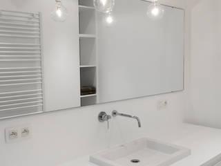 Aménagement contemporain d'un appartement bruxellois. Salle de bain moderne par D-ID Moderne