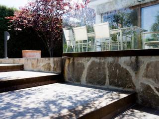 SOTO DE VIÑUELAS - ARALAR Balcones y terrazas de estilo rústico de IPUNTO INTERIORISMO Rústico